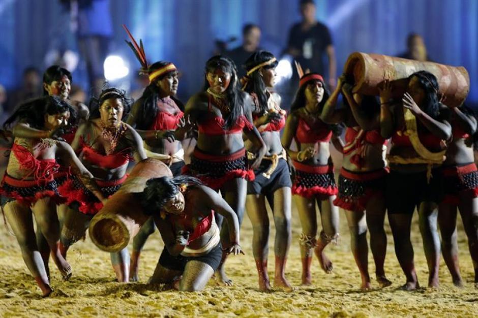 Episodio de la carrera de troncos durante la inauguración de los juegos. (Foto: EFE)