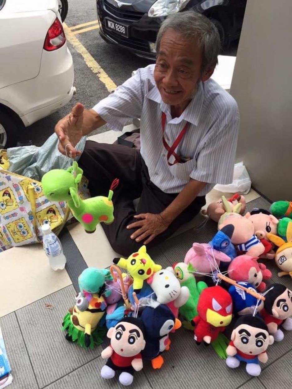 El anciano vende peluches de Pokémon y otros personajes televisivos. (Foto: upsocl.com)
