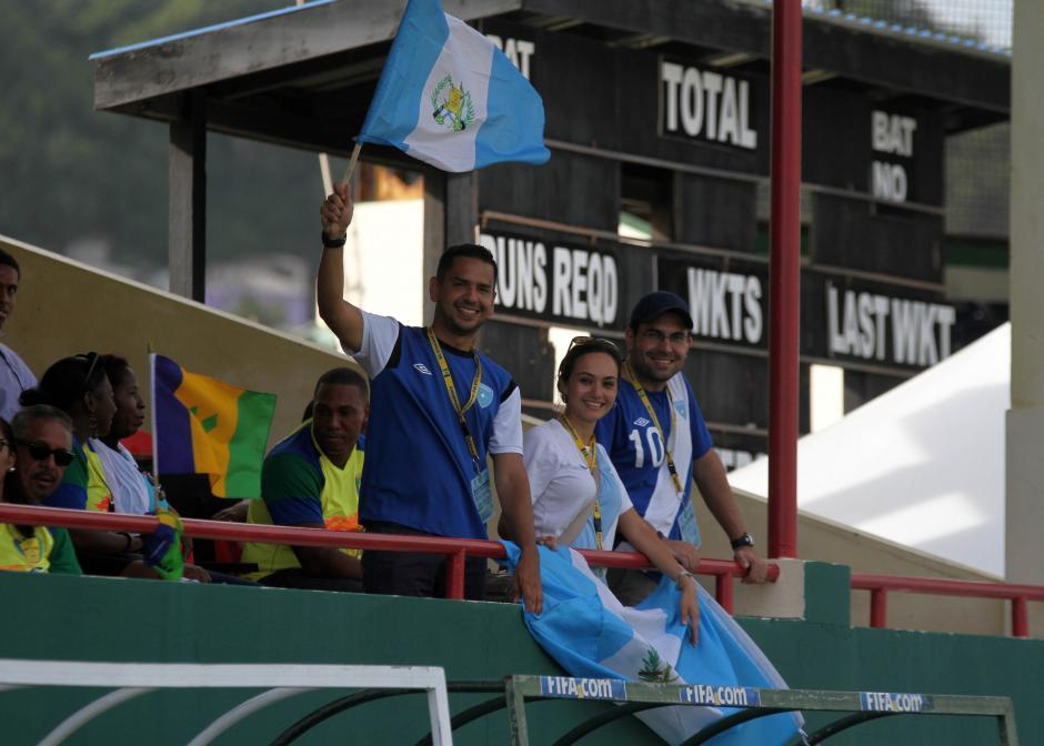 Aficionados guatemaltecos apoyaron a la Selección azul y blanco en el estadio de San Vicente y las Granadinas. (Foto: Luis Barrios/ Soy502)