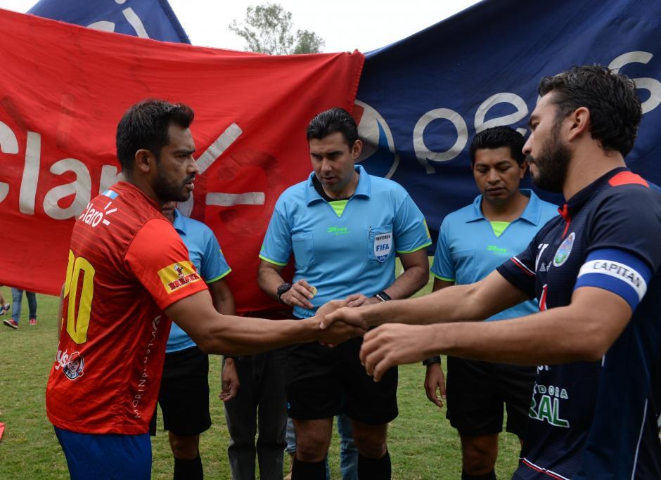 Saludo de los capitanes. Carlos Ruiz y Carlos Kamiani Félix se dieron la mano antes del partido.  (Foto: Nuestro Diario)