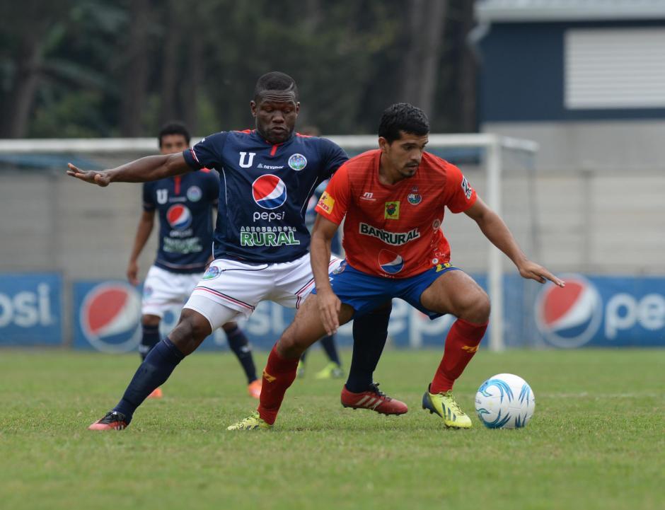 """Marco Rivas intenta ganar la posesión de la pelota ante la presencia del experimentado delantero, Milton """"Tyson"""" Núñez.  (Foto: Nuestro Diario)"""