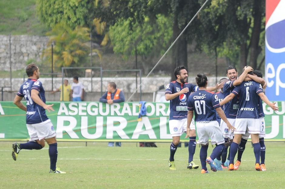 Luis de León González anotó el primero de la Universidad al minuto de juego, pero no les alcanzó y terminaron perdiendo.  (Foto: Nuestro Diario)