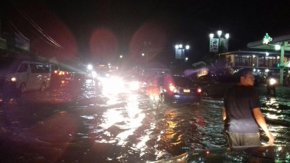Varios vehículos se quedaron varados tras las inundaciones. (Foto: Conred)