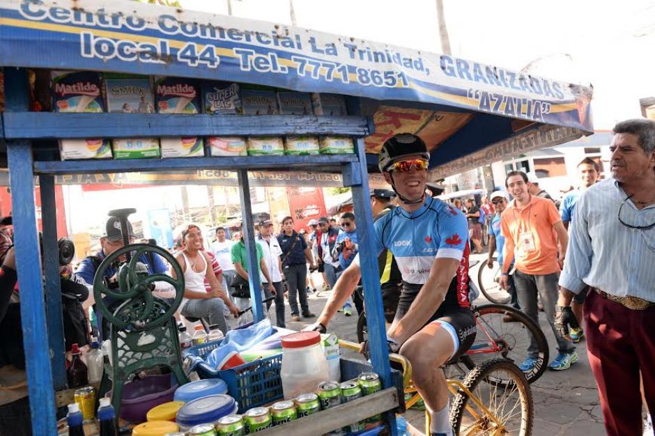 Un iclista canadiense bromea con una bici-carreta de granizadas. (Foto: Diego Galiano/Nuestro Diario)