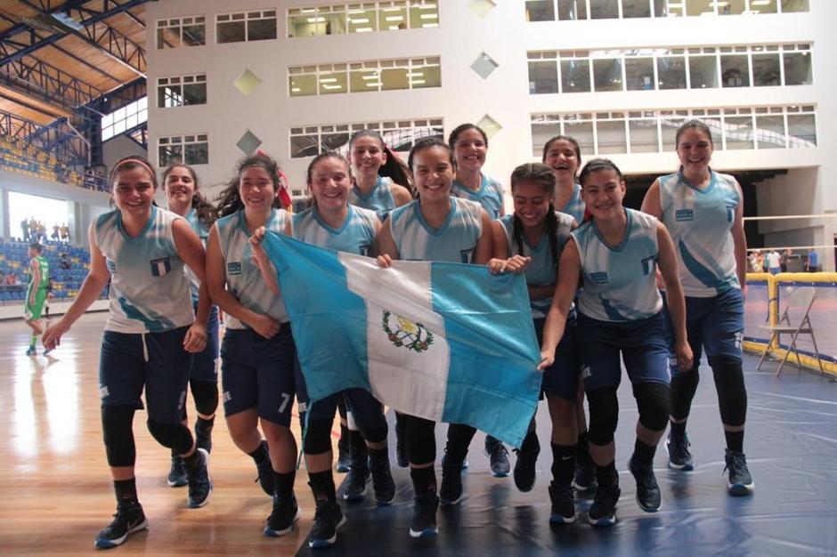 El festejo de las campeonas del baloncesto del Colegio Sagrado Corazón. (Foto: Digef)