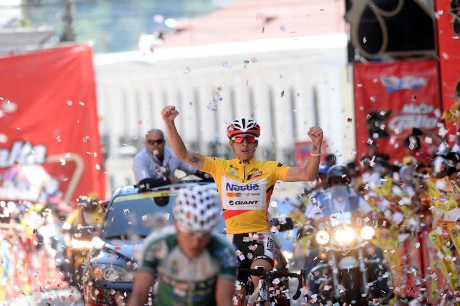 El campeón de la vuelta, Román Villalobos, al momento de entrar por la meta