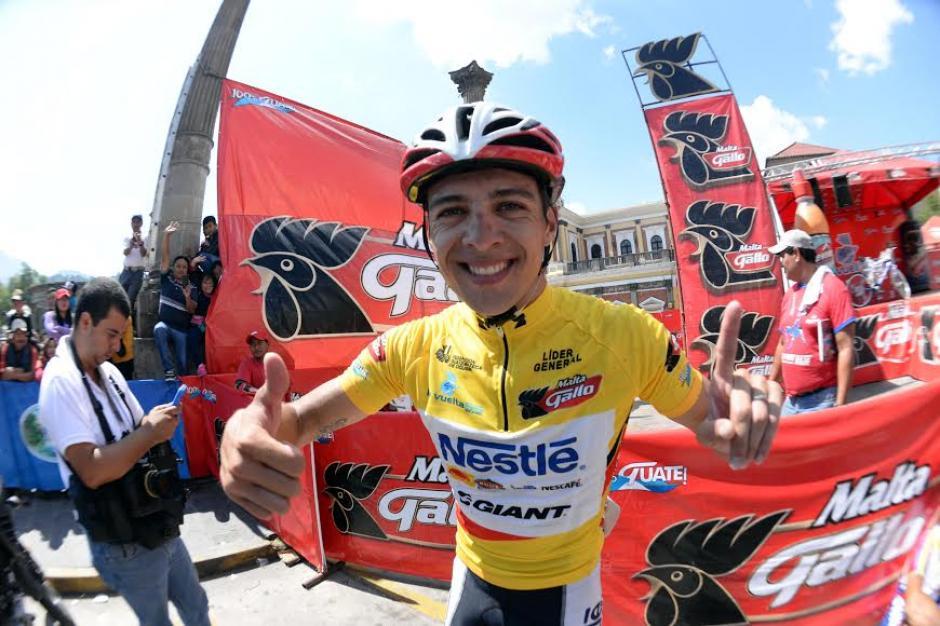 Villalobos posa feliz tras ganar la edición 55 de la Vuelta Ciclística a Guatemala