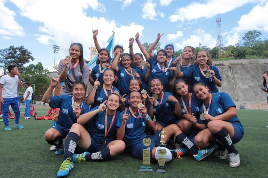 Las niñas de la Escuela Normal Central se alzaron con el oro en fútbol femenino. (Foto: Digef)