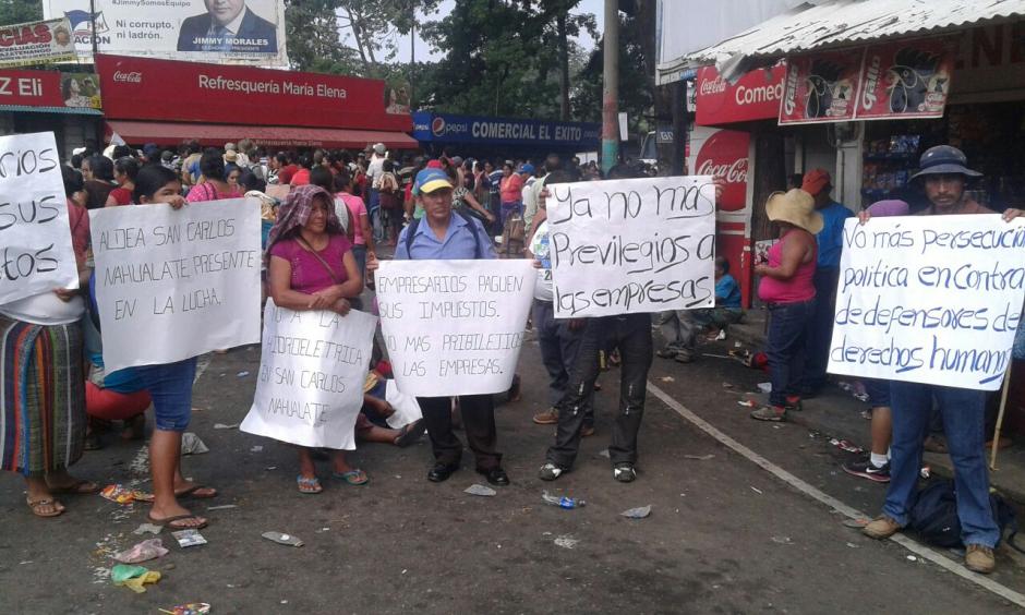 En Cocales, Suchitepéquez, los manifestantes se presentaron con pancartas e impidieron el paso. (Foto:  Eduardo Santos/ Nuestro Diario)