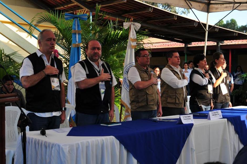 En el Colegio Santa Teresita se inició la jornada electoral, autoridades del TSE dieron la apertura oficial. (Foto: Alejandro Balán/Soy502)