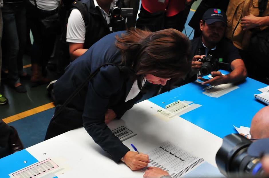 La candidata presidencial de la UNE, Sandra Torres firma luego de haber emitido su voto en el Colegio Valle Verde. (Foto: Alejandro Balán/Soy502)