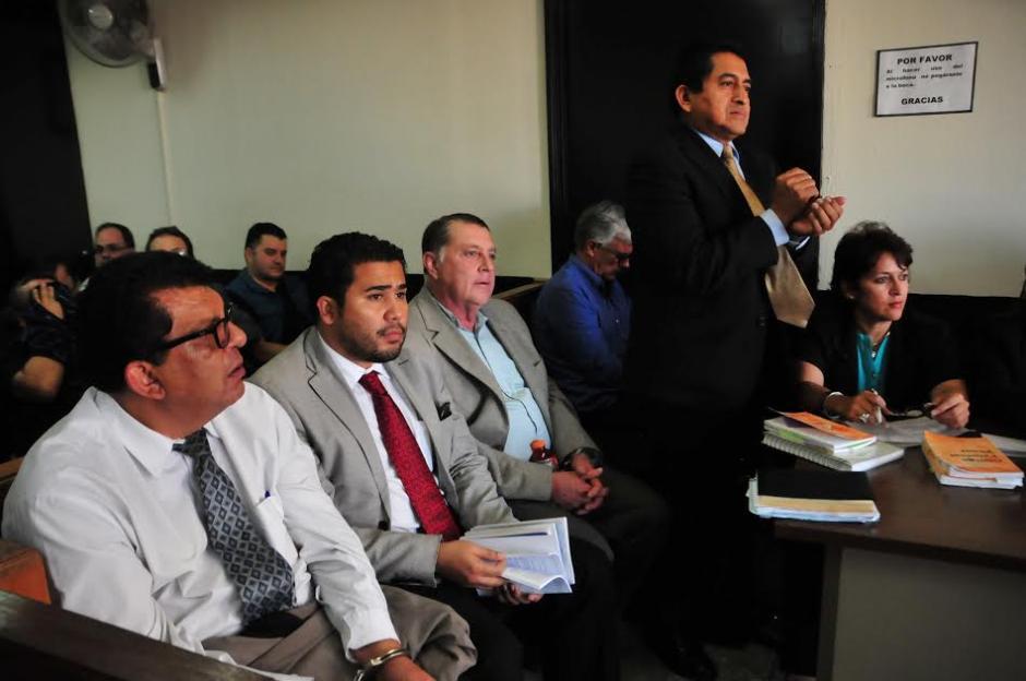 Los detenidos por un caso de corrupción en el Instituto Guatemalteco de Seguridad Social escuchan los motivos de su detención. (Foto: Alejandro Balán/Soy502)