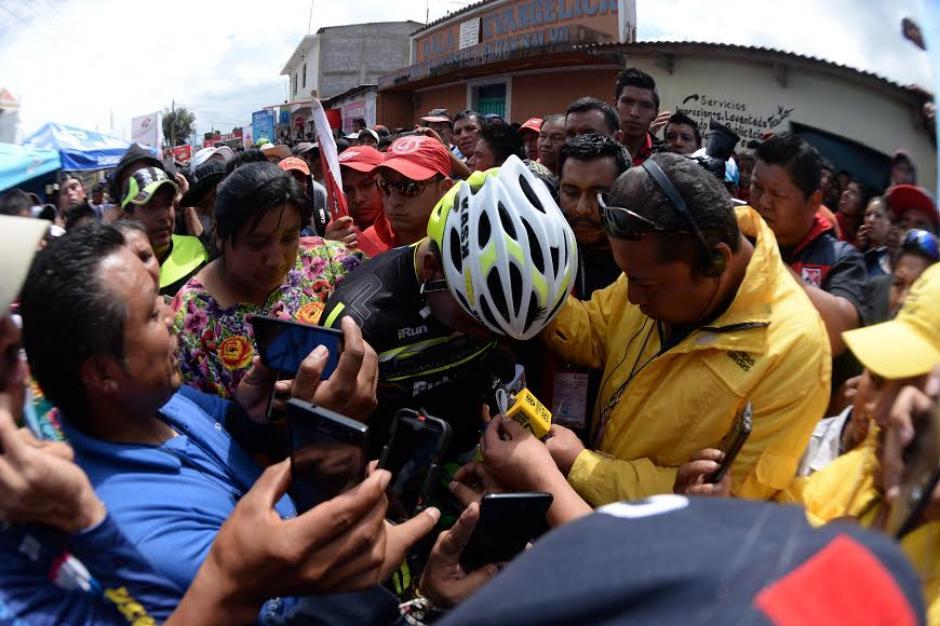 Jiatz acaparado por los medios tras cruzar la mita de la cuarta etapa. (Foto: Diego Galiano/Nuestro Diario)