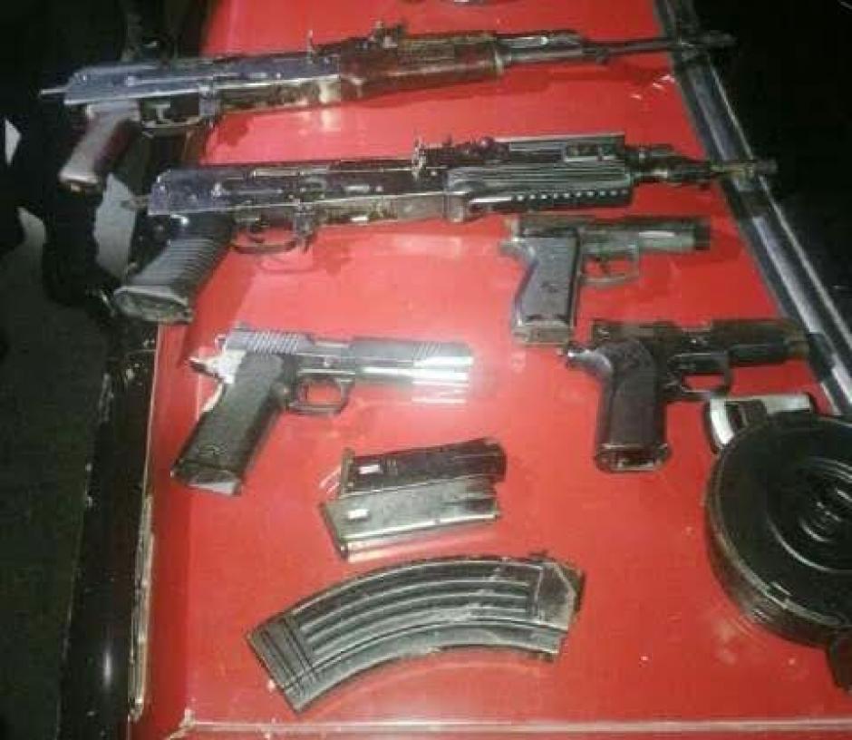 Las autoridades decomisaron armas y municiones a los detenidos luego del ataque armado ocurrido en la Colonia El Milagro, zona 6 Mixco. (Foto: Policía Nacional Civil)