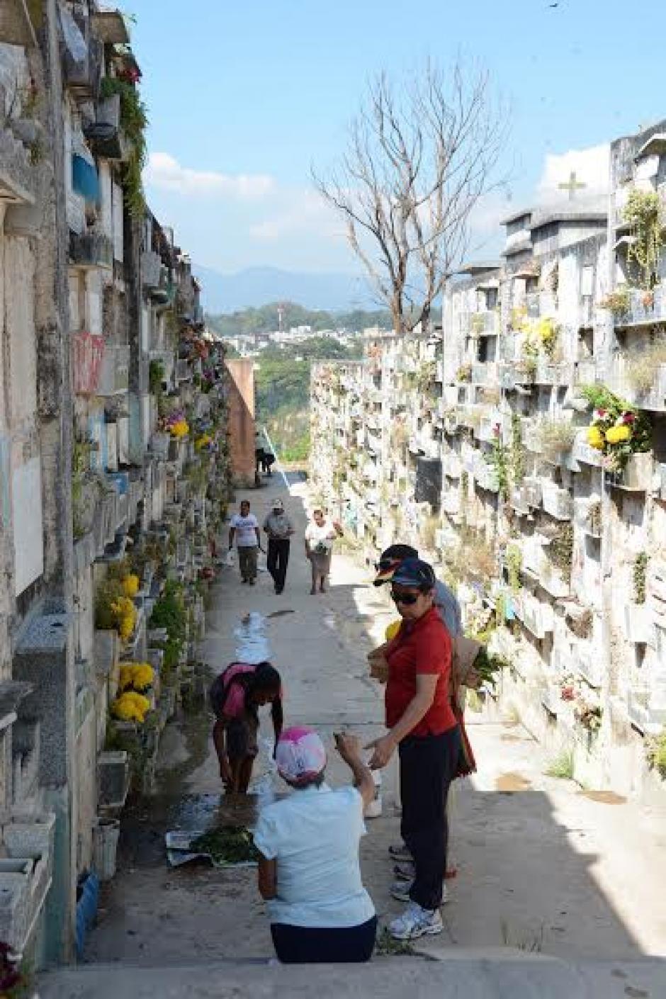 Familias visitan las tumbas de sus seres queridos previo a la celebración del Día de Todos los Santos.(Foto:Juan Carlos Raxón/Nuestro Diario)