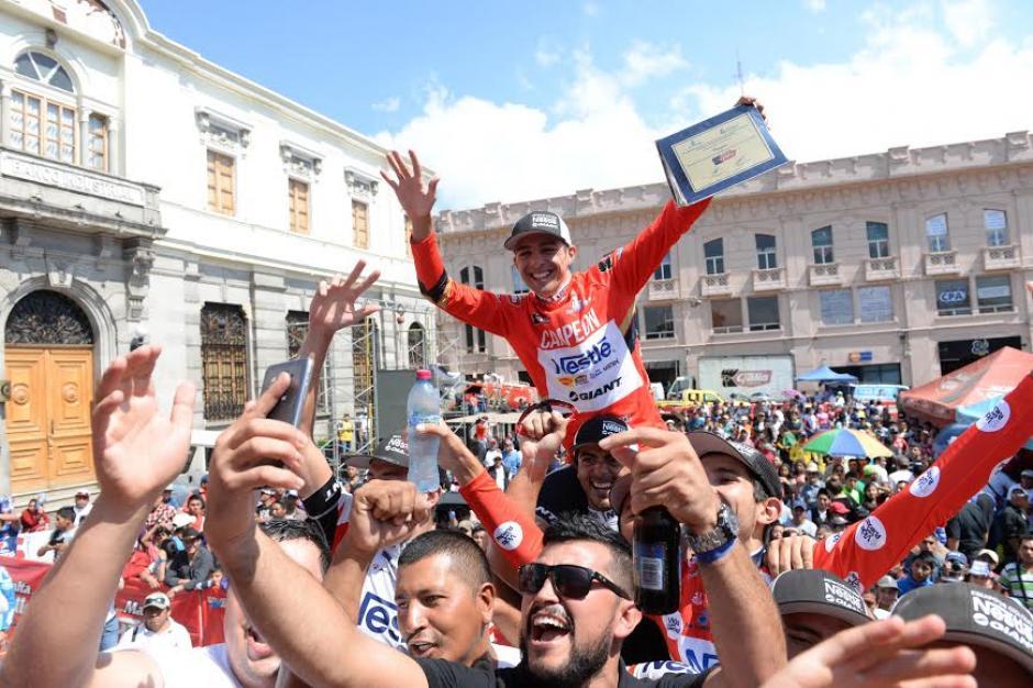 El tico Román Villalobos es cargado en hombros tras ganar la 55 Vuelta Ciclística a Guatemala. (Foto: Diego Galiano/Nuestro Diario)