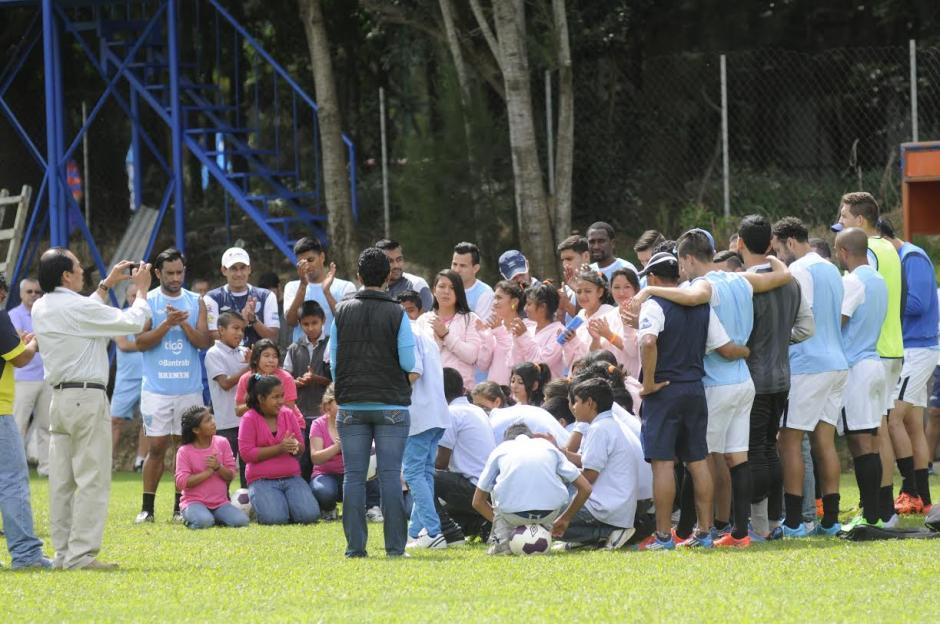 Los seleccionados dedicaron un tiempo luego de su entrenamiento para compartir con jóvenes y niños