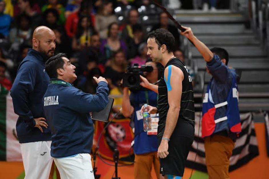 Kevin Cordón recibiendo instrucciones de José María Solís y Pedro Yang. (Foto: Pedro Pablo Mijangos/Soy502)