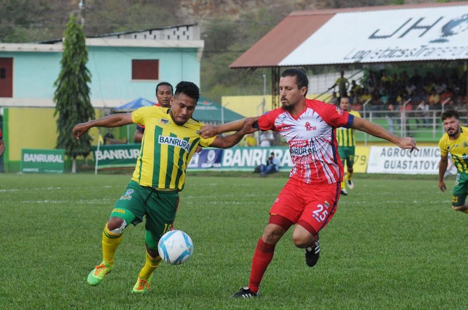Juan Manuel Leroyer, ( de rojo) marco el único gol del partido para Malacateco. (Foto: Nuestro Diario)