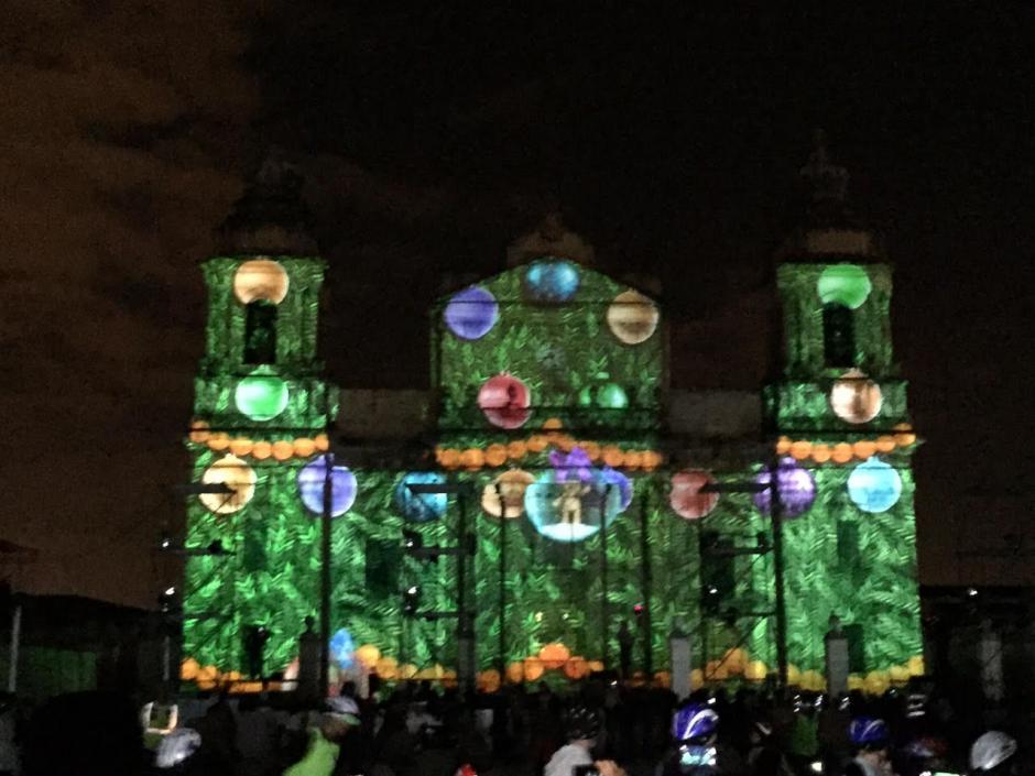 Varias imágenes referentes a la Navidad fueron expuestas sobre la fachada de la Catedral Metropolitana. (Foto: Gustavo Méndez/Soy502)