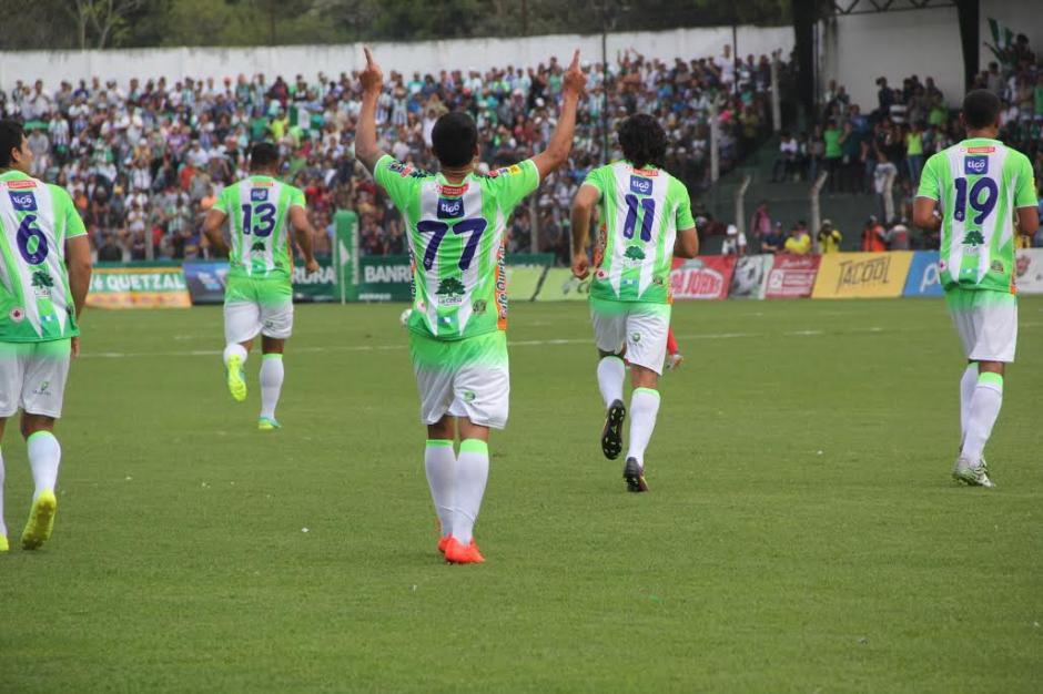 Jairo Arreola celebra con los brazos hacia el cielo luego de anotar el gol que abrió el marcador: (Foto: Fredy Hernández/Soy502)