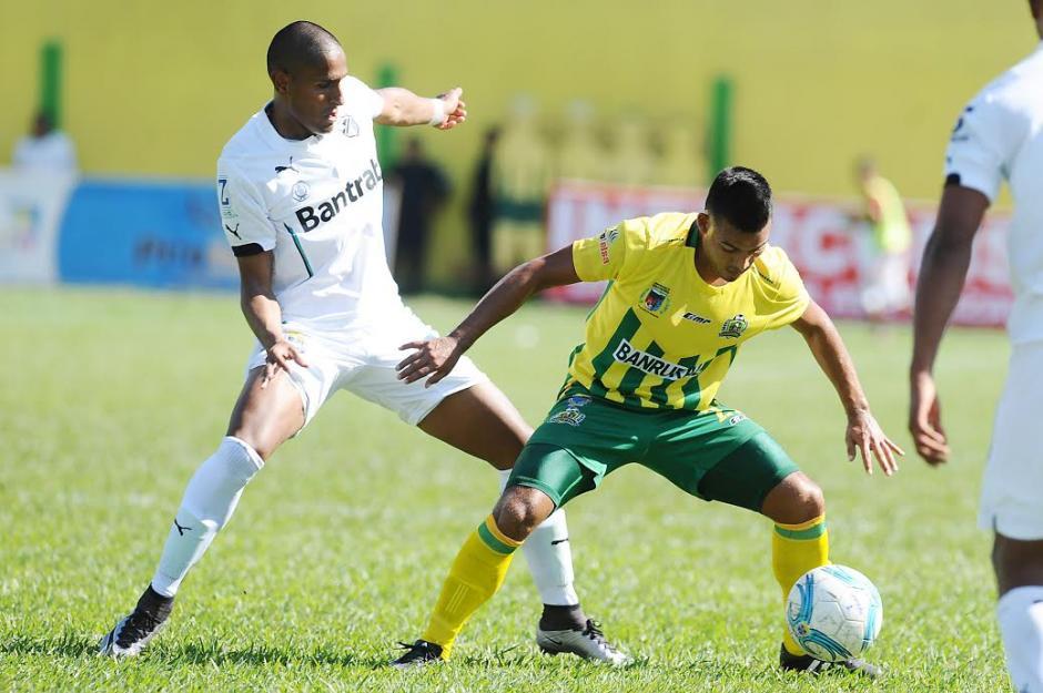 Izazola se estrenó como goleador de Comunicaciones, dándole un importante triunfo a su equipo. (Foto: Nuestro Diario)