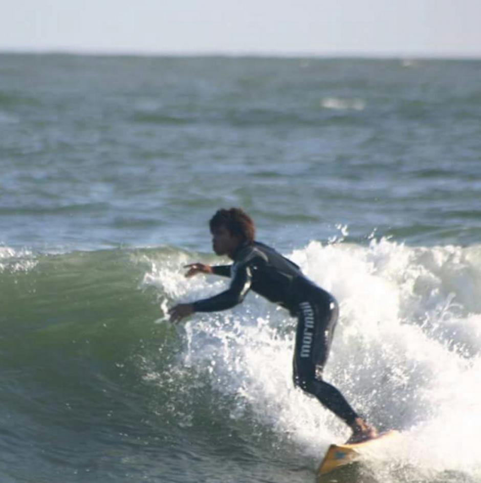 Silva disfruta del surf tanto como del fútbol. (Foto: notasculturales.org.uy)
