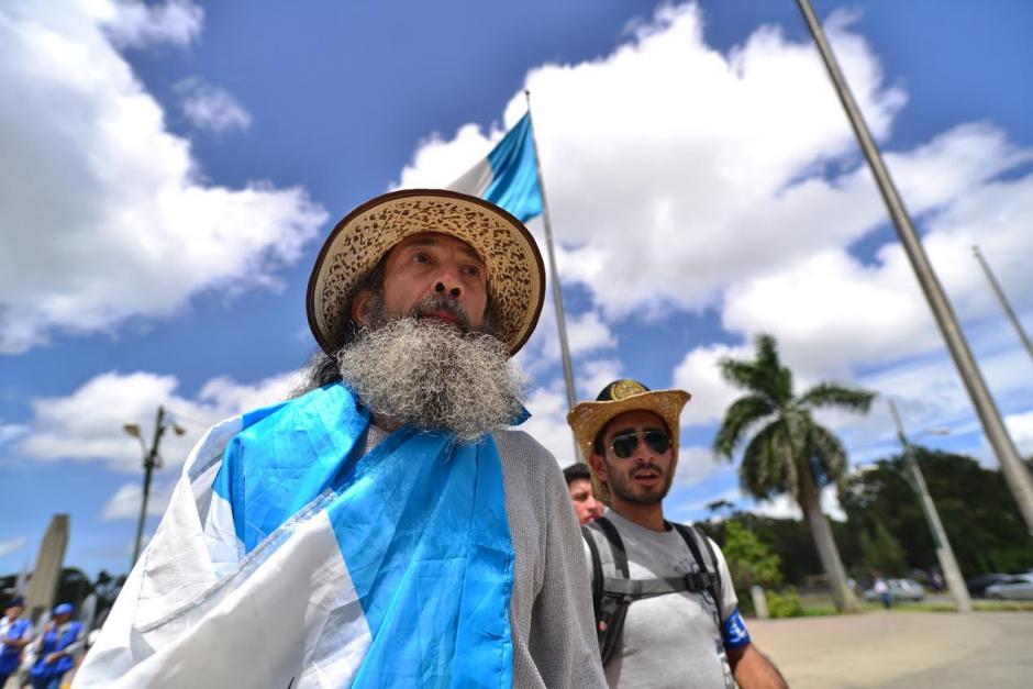 Oswaldo Ochoa salió desde muy temprano del municipio de Mixco, tras un largo recorrido que inició en Quetzaltenango, como una acción para repudiar la corrupción.(Foto: Wilder López/Soy502) ,