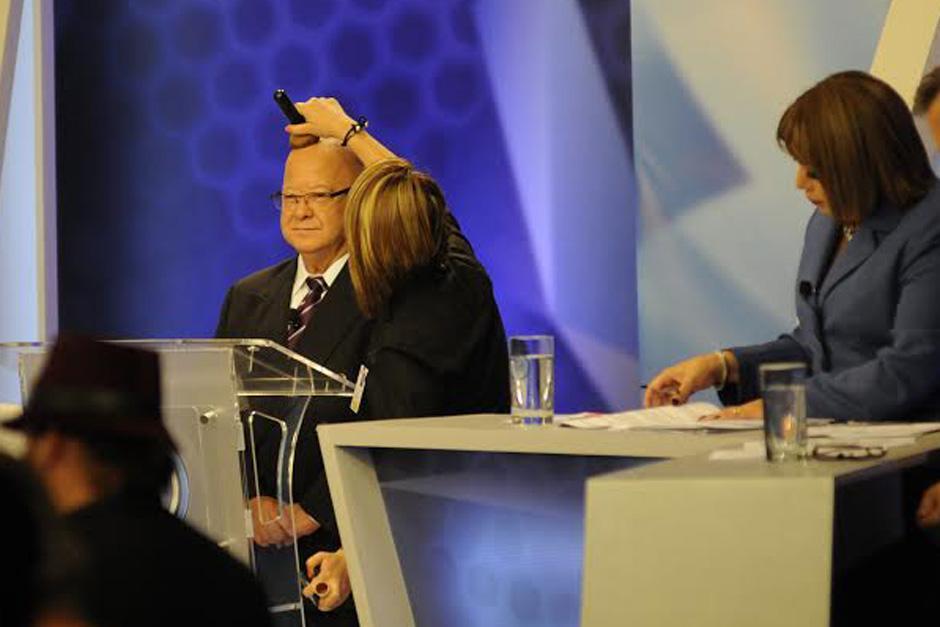 Lizardo Sosa, candidato presidencial de TODOS, mientras era maquillado previo al inicio de Foro de Presidenciables 2015. (Foto: Pedro Mijangos/Soy502)