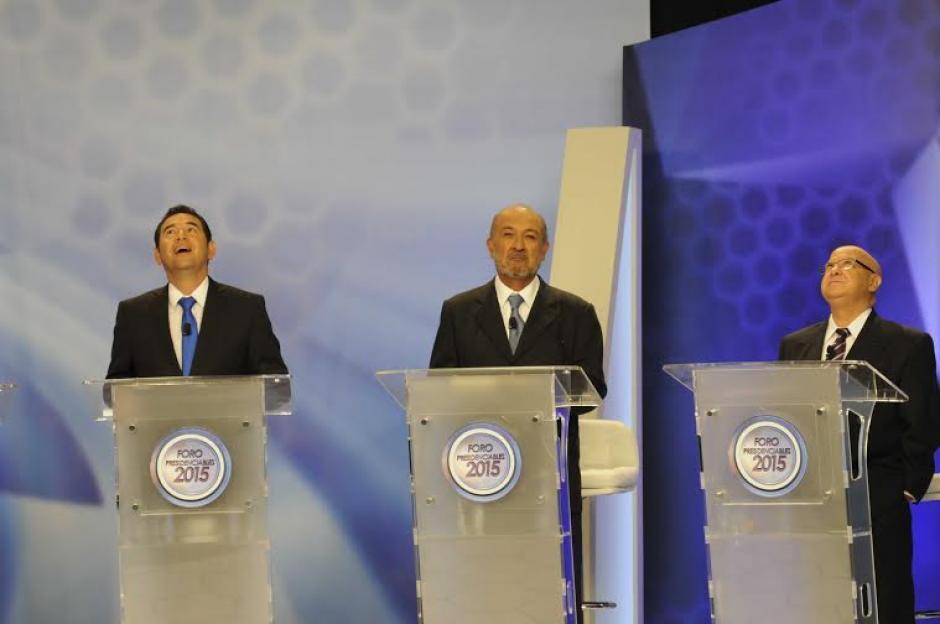 Jimmy Morales, Miguel Ángel Sandoval y Lizardo Sosa ven hacia la parte superior del set de grabación