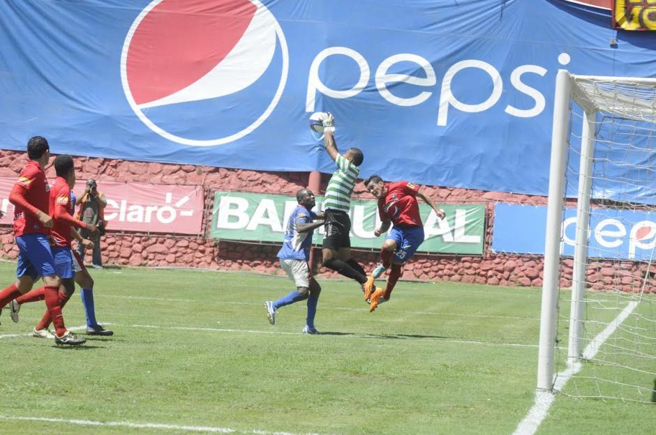 El portero de Mictlán, Donaldo Morales, fue una de las figuras del partido. Aquí cuando prácticamente arrebata un balón que salió de un cabezazo de Mario Rodríguez. (Foto: Alvaro Yool/Nuestro Diario).