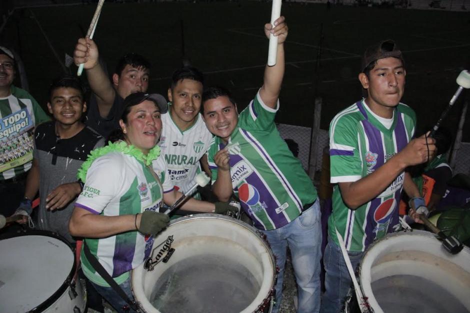 Dora Alicia no dejó de alentar a Antigua GFC en el Pensativo. (Foto: Fredy Hernández/Soy502)