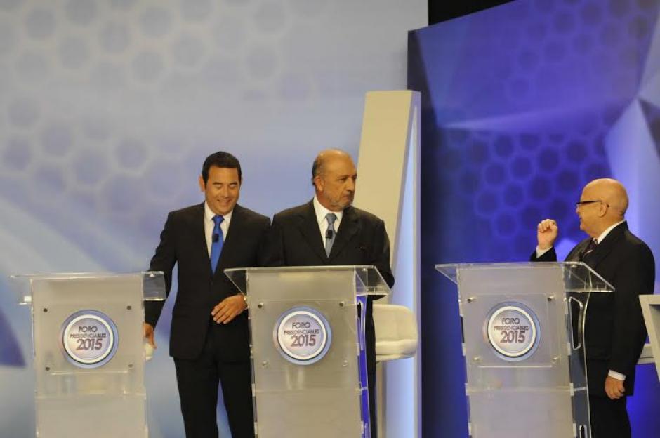 Jimmy Morales ríe sobre algo que dijo Lizardo Sosa, los acompaña Miguel Ángel Sandoval. (Foto: Pedro Mijangos/Soy502)