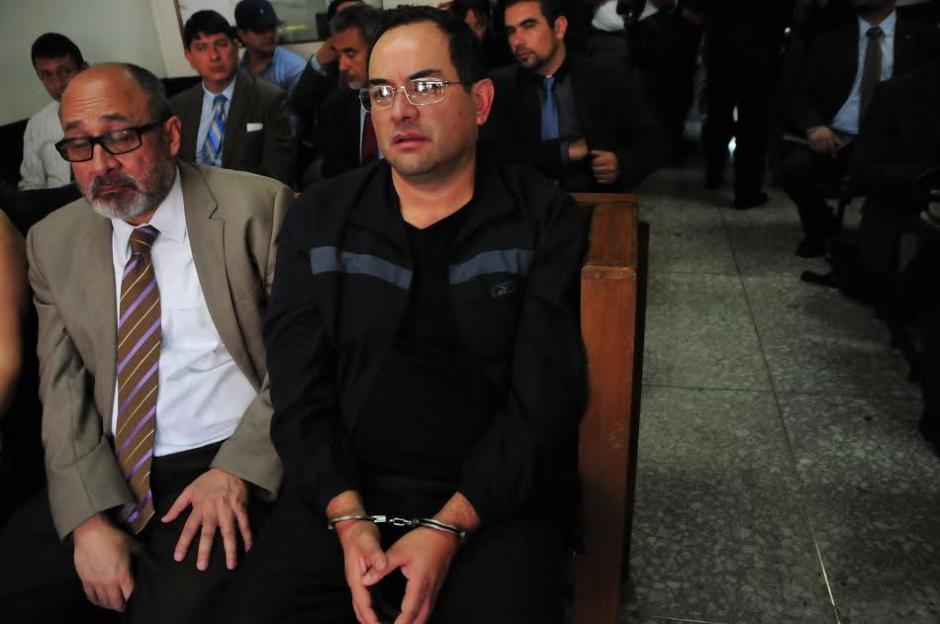 El médico César Hernández, coordinador de Oncología del IGSS de la zona 9, escucha los motivos de su detención. (Foto: Alejandro Balán/Soy502)