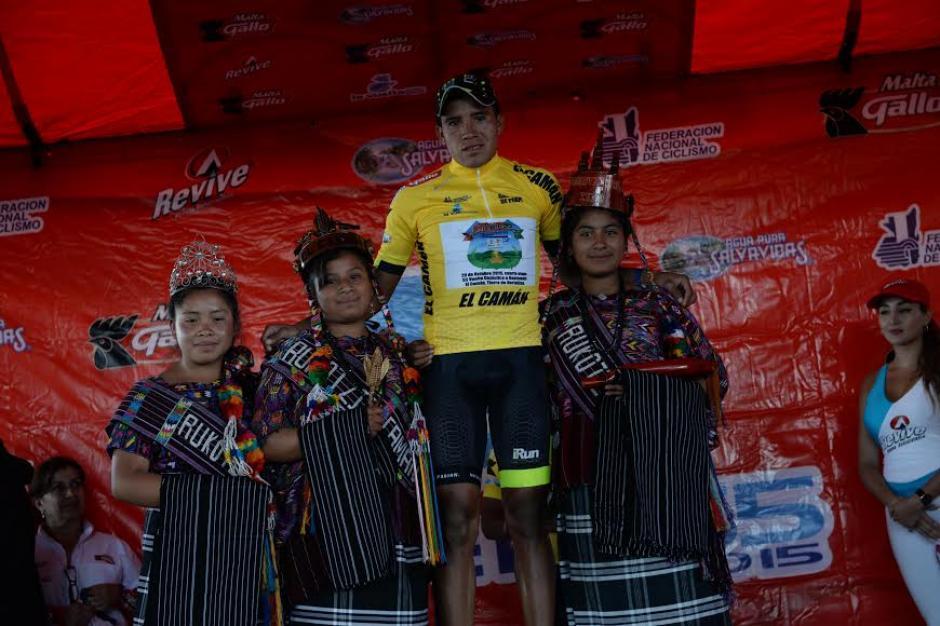 Nervin Jiatz en el podio tras ganar la cuarta etapa. (Foto: Diego Galiano/Nuestro Diario)