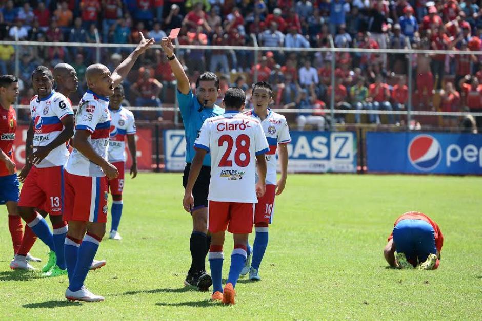 Xelajú M. C. se quedó con diez tras la expulsión del colombiano Juan Baena. (Foto: Sergio Muñoz/Nuestro Diario)