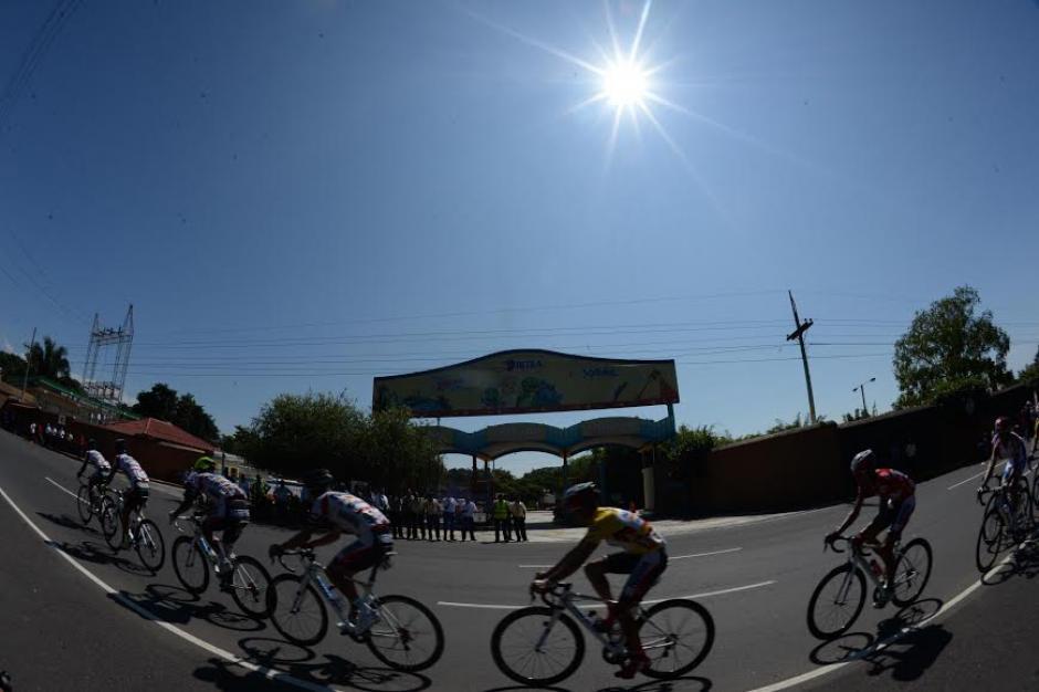 Una postal del paso de los ciclistas por Retalhuleu
