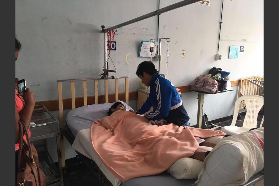Jorge Vega visitó a José Lorenti, un joven de 14 años que lucha por su vida en el Hospital Roosevelt. (Foto: Soy502)