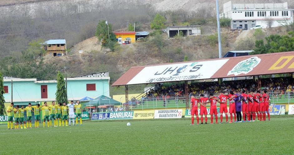 Los jugadores de Guastatoya y Malacateco hicieron un minuto de silencio en honor a las víctimas de Chapecoense. (Foto: Nuestro Diario)
