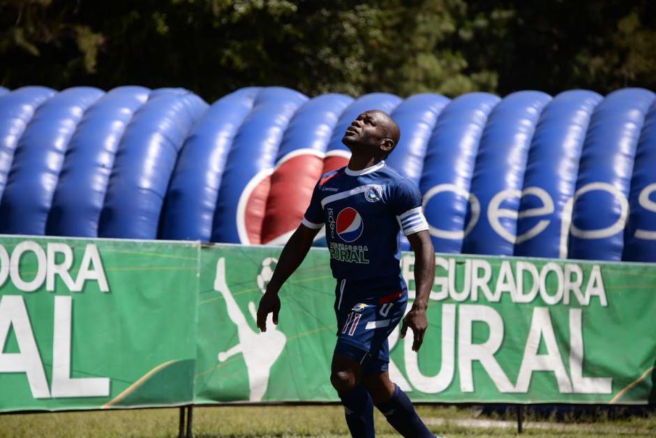 Milton Nuñez, de Universidad, agradece al cielo el gol que anotó para los estudiosos. (Foto: Diego Galeano/Nuestro Diario).