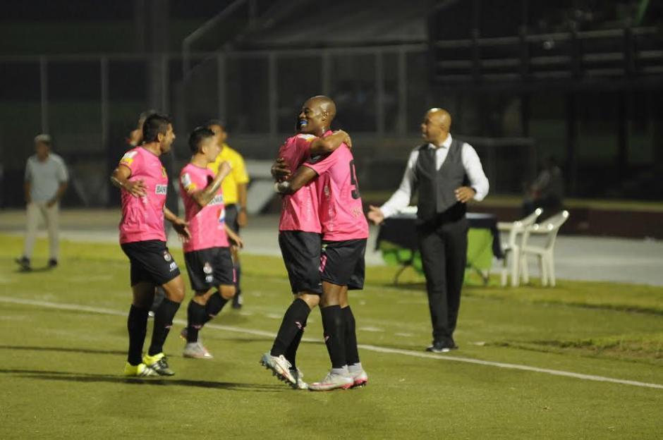 Woodly es felicitado por sus compañeros, tras anotar el gol de Municipal. (Foto: Pedro Mijangos/Soy502)