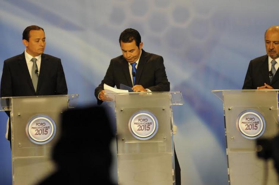 Jimmy Morales, candidato presidencial de FCN, consultando sus notas mientras el Foro de Presidenciables 2015 estaba fuera del aire