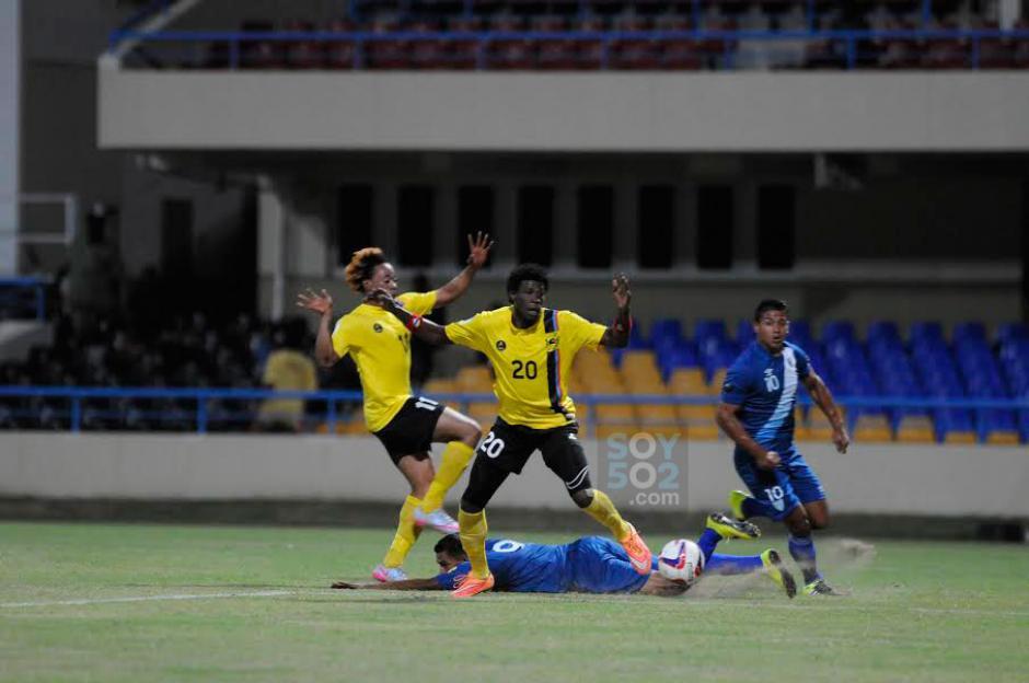 Gerson Tinoco cae dentro del área de Antigua y Barbuda. (Foto: Aldo Martínez/Nuestro Diario)