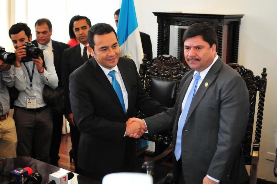 El presidente electo Jimmy Morales y el presidente de la Corte Suprema de Justicia Rafael Rojas luego de una reunión protocolaria. (Foto: Alejandro Balán/Soy502)