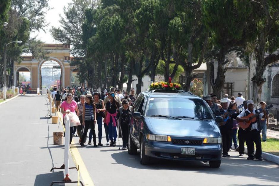 Un cortejo fúnebre ingresa al Cementerio General, mañana 1 de noviembre se celebra el Día de Todos los Santos.(Foto:Juan Carlos Raxón/Nuestro Diario)