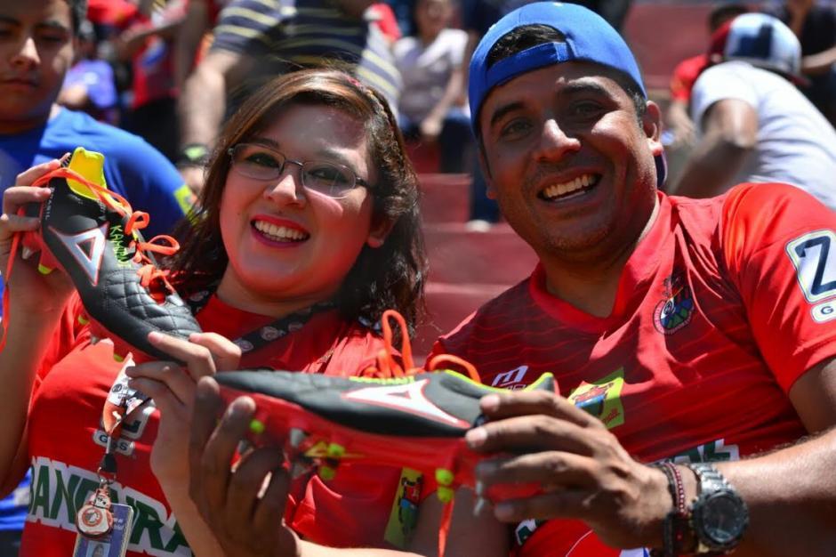 Estos aficionados se llevaron a casa los zapatos de Kamiani Félix. (Foto: Wilder López/Soy502)