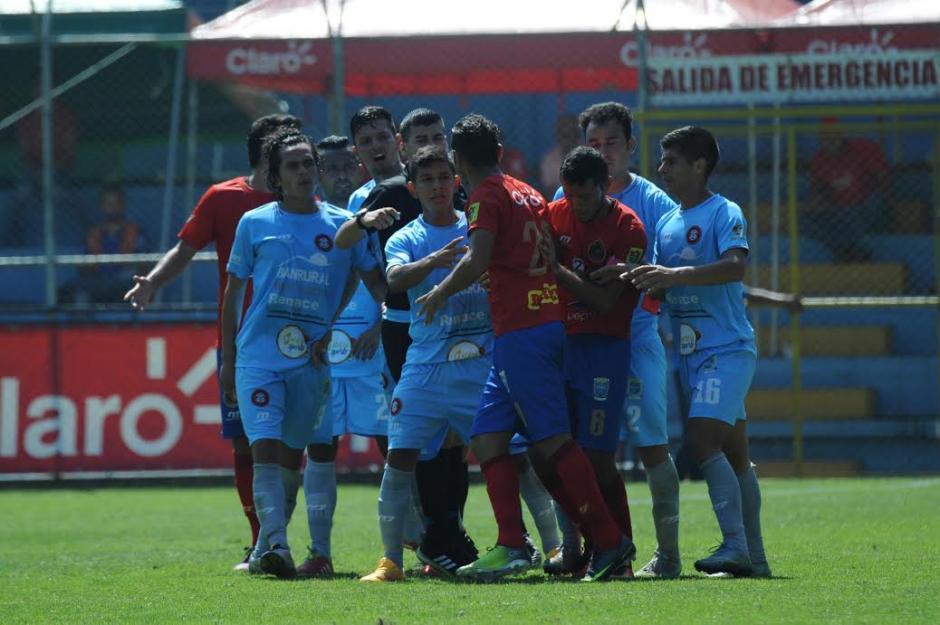 Municipal derrotó a Carchá en un juego en que los departamentales se quedaron con nueve hombres por distintas expulsiones. (Foto: Nuestro Diario)