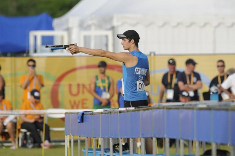 Fernández realizando la prueba de tiro. (Foto: Pedro Mijangos/Soy502)