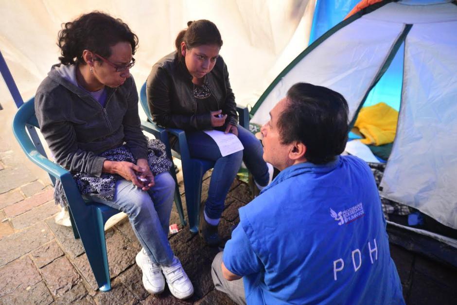 Un médico de la Procuradoría de Derechos Humanos, realiza un chequeo a Brenda Hernández y Gabriela Flores, dos guatemaltecas que se encuentran en huelga de hambre frente a Catedral Metropolitana. (Foto: Wilder López/Soy502)