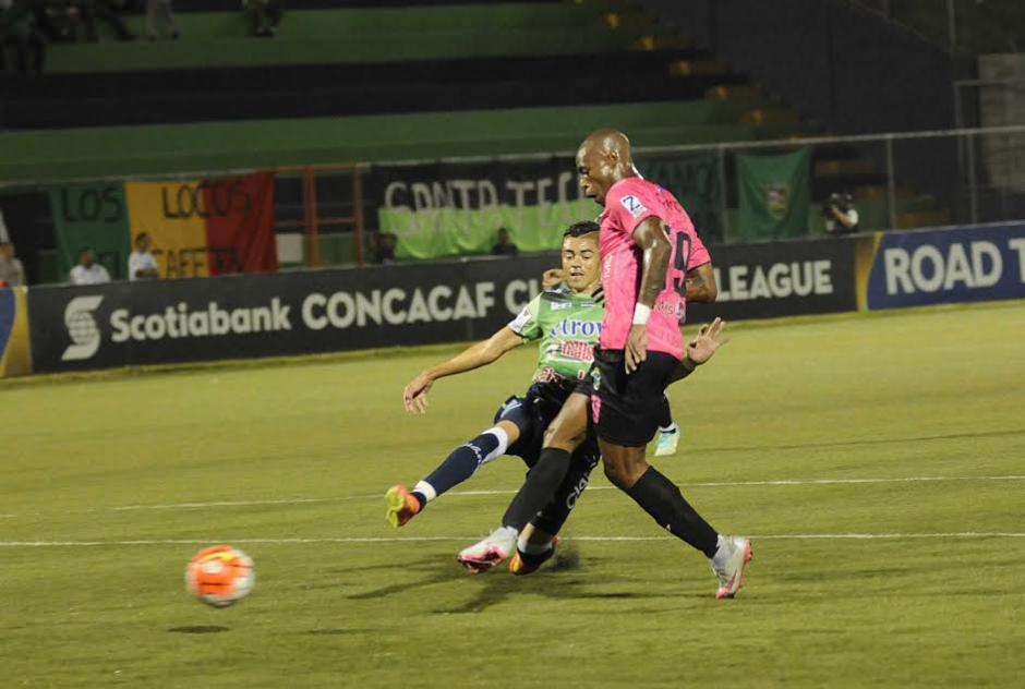 El momento en el que Woodly, delantero de Municipal, remata para el gol rojo. (Foto: Pedro Mijangos/Soy502)
